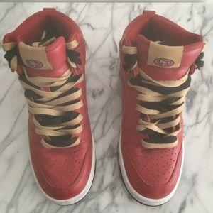 le scarpe nike schiacciare pivot id 49ers nfl oro rosso scarpe poshmark